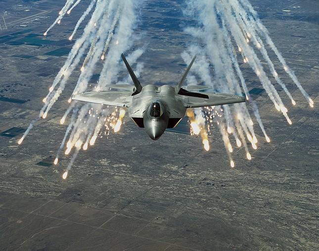 Trung Quốc 'bắt sống' tiêm kích tàng hình F-22 ở biển Hoa Đông - ảnh 1