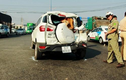 Bị xe rác hất tung,4 người hoảng loạn kêu cứu trong xe ôtô 4 chỗ - ảnh 1