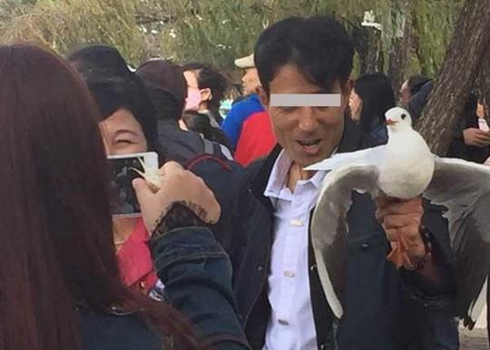 Bị du khách Trung Quốc bắt chụp hình, 2 con công sốc tới chết - ảnh 3
