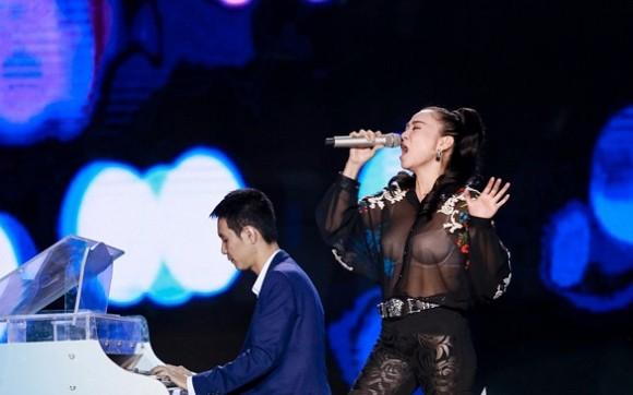 Thu Minh xin lỗi vì diện áo xuyên thấu lộ nội y ở Bài hát tôi yêu - ảnh 5
