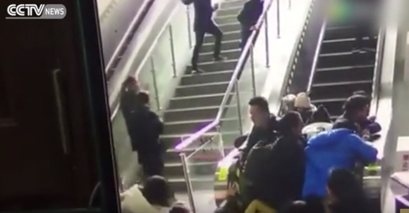TQ: Thang cuốn bất ngờ đảo chiều, 5 người bị thương [VIDEO] - ảnh 1