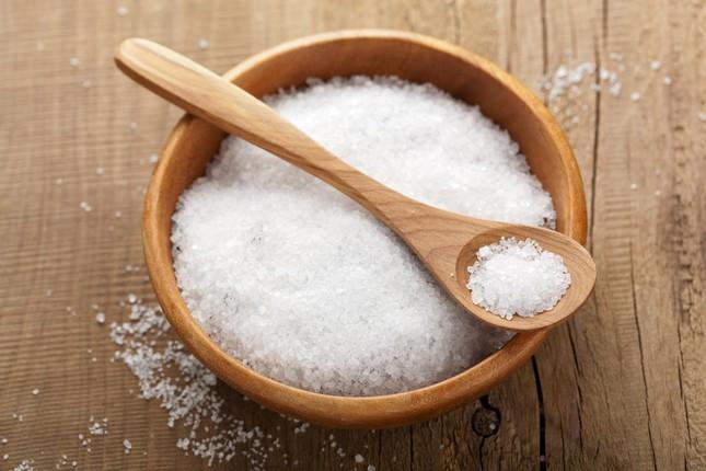 Uống một ly nước muối vào mỗi sáng có lợi cho sức khỏe - ảnh 1