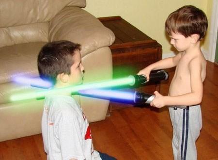 Cảnh giác với những loại đồ chơi có thể khiến trẻ bị mù vĩnh viễn - ảnh 1