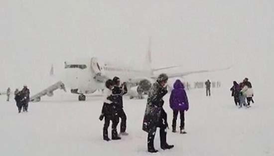 Khói tràn cabin máy bay Nhật, hơn 160 người sơ tán khẩn cấp - ảnh 1