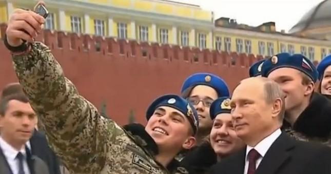 'Rủ rê' ông Putin chụp ảnh tự sướng và cái kết đầy bất ngờ - ảnh 2