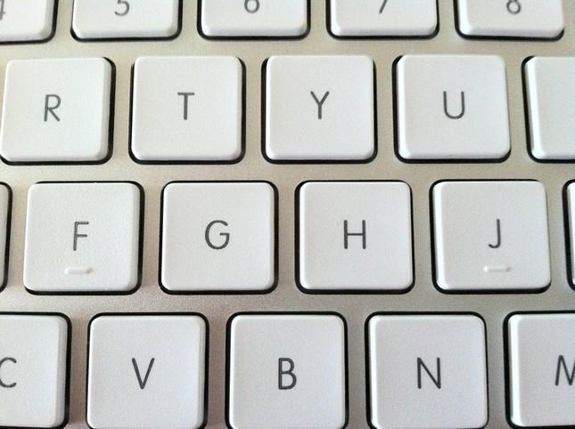 Vì sao phím F và phím J trên bàn phím có đường lằn nhỏ? - ảnh 1