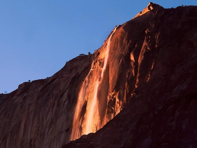 Kỳ lạ dòng 'thác lửa' phun nước đỏ rực như nham thạch - ảnh 1