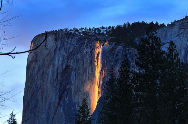 Kỳ lạ dòng 'thác lửa' phun nước đỏ rực như nham thạch - ảnh 3
