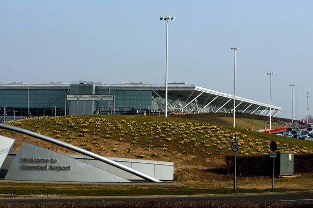 Bức xúc với thủ tục an ninh, nữ du khách tụt váy giữa sân bay - ảnh 4