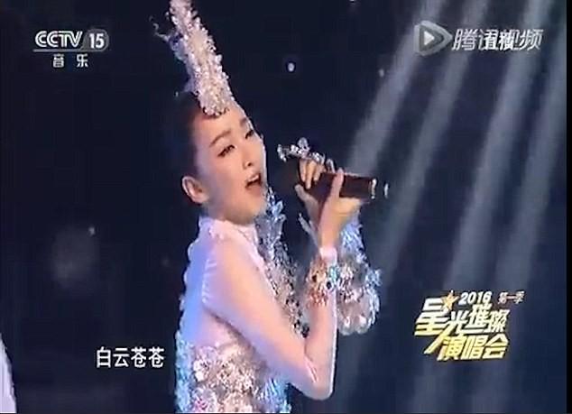 Ca sĩ Trung Quốc 'ê mặt' vì cầm mic ngược hát nhép trên ti vi - ảnh 2