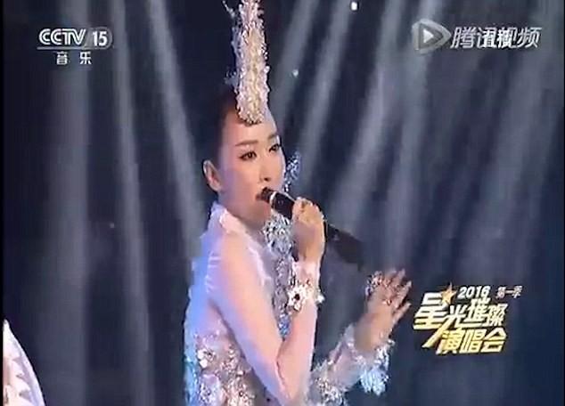 Ca sĩ Trung Quốc 'ê mặt' vì cầm mic ngược hát nhép trên ti vi - ảnh 1