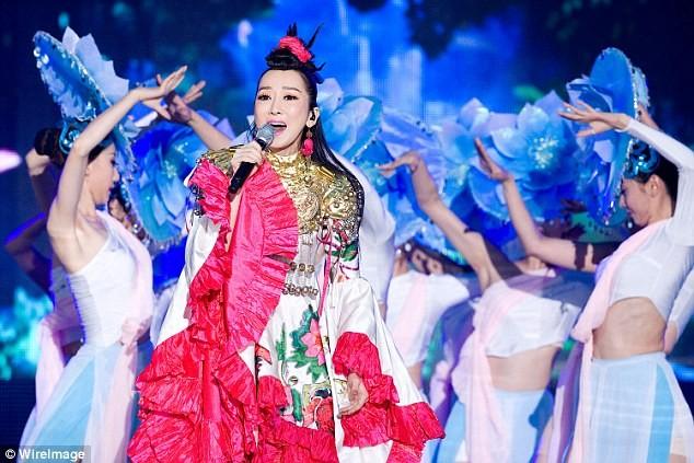 Ca sĩ Trung Quốc 'ê mặt' vì cầm mic ngược hát nhép trên ti vi - ảnh 3