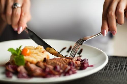 Những quy tắc ăn uống lạ lùng trên thế giới - ảnh 1