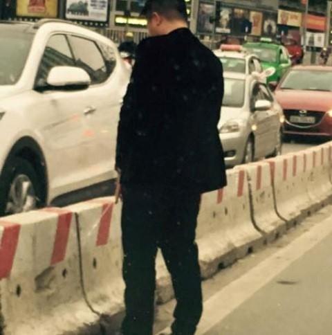 Công an truy tìm 'quý ông' dừng ô tô đi vệ sinh giữa đường - ảnh 2