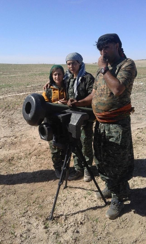 Người Kurd lần đầu dùng tên lửa Javelin 'thổi tung' xe bom IS - ảnh 1