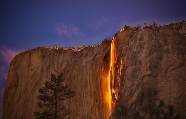 Vẻ đẹp kỳ thú của thác lửa hình đuôi ngựa ở Mỹ - ảnh 2