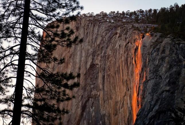 Vẻ đẹp kỳ thú của thác lửa hình đuôi ngựa ở Mỹ - ảnh 1