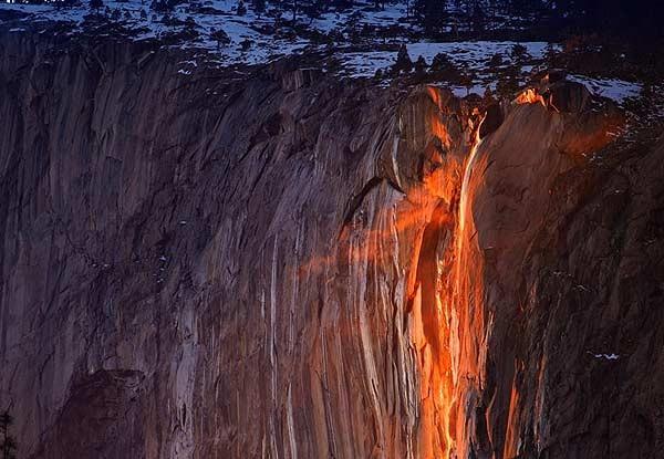 Vẻ đẹp kỳ thú của thác lửa hình đuôi ngựa ở Mỹ - ảnh 3