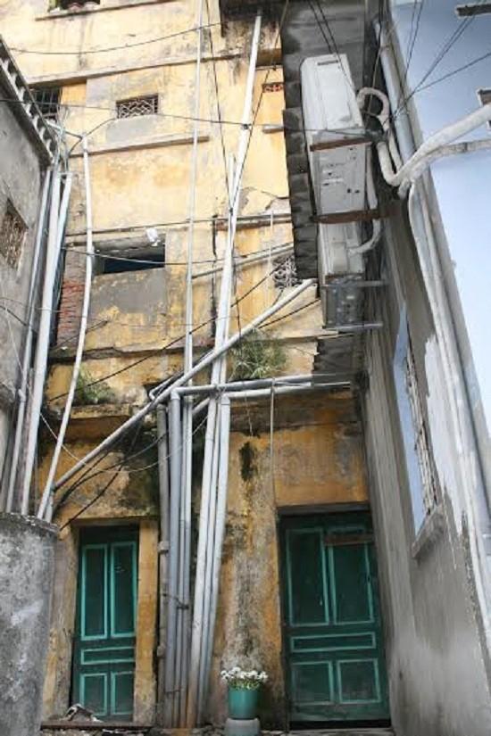 Ăn cơm cùng 'mùi xú uế', lo tường nhà đổ sập ở Hà Nội - ảnh 2