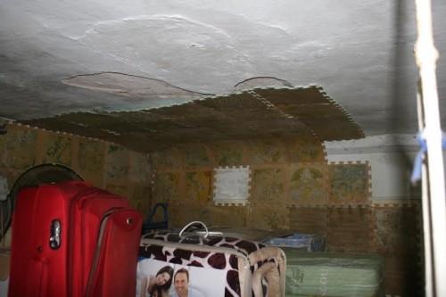 Ăn cơm cùng 'mùi xú uế', lo tường nhà đổ sập ở Hà Nội - ảnh 1