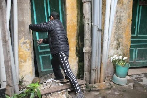 Ăn cơm cùng 'mùi xú uế', lo tường nhà đổ sập ở Hà Nội - ảnh 3