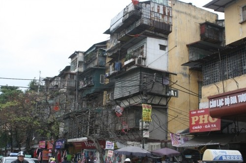Sống trong sợ hãi dưới chung cư nghiêng dọa sập ở Thủ đô - ảnh 3