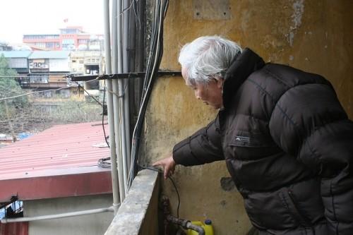 Sống trong sợ hãi dưới chung cư nghiêng dọa sập ở Thủ đô - ảnh 5