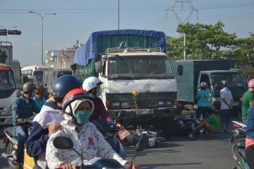 Xe ben 'húc' 7 xe máy khiến nhiều người bị thương - ảnh 5