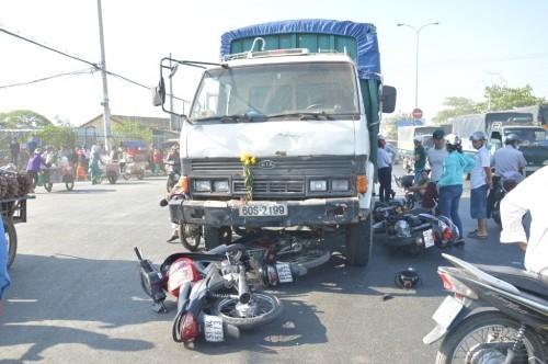 Xe ben 'húc' 7 xe máy khiến nhiều người bị thương - ảnh 1