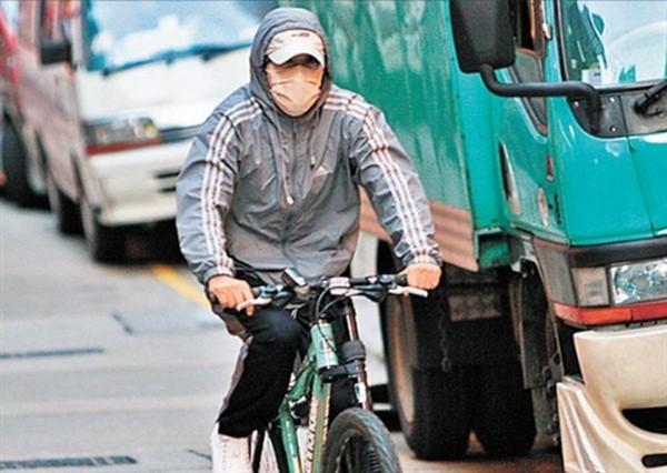 Châu Tinh Trì - 'quái nhân' thích rong ruổi trên phố với xe đạp - ảnh 1