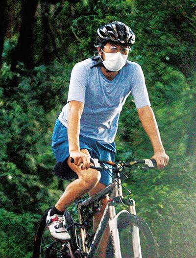 Châu Tinh Trì - 'quái nhân' thích rong ruổi trên phố với xe đạp - ảnh 7