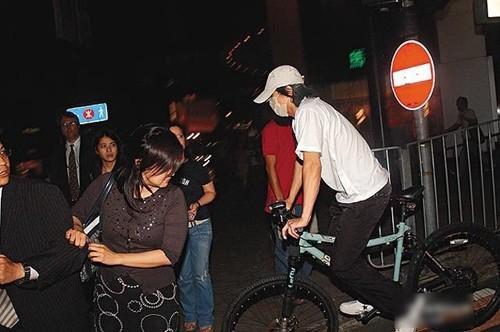 Châu Tinh Trì - 'quái nhân' thích rong ruổi trên phố với xe đạp - ảnh 2