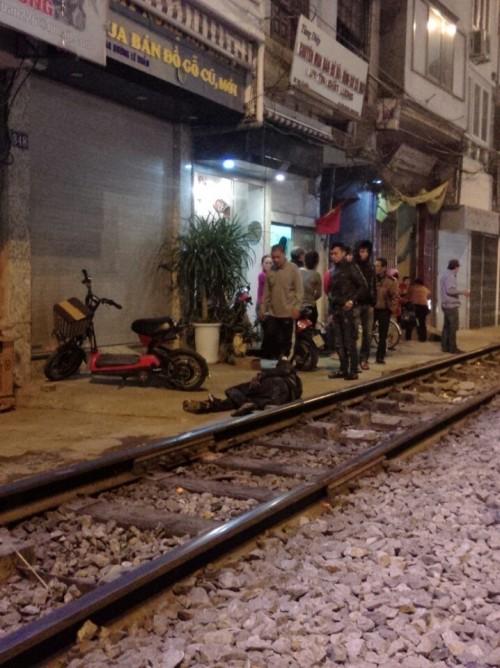 Hà Nội: Thanh niên ngồi trên đường ray bị tàu hỏa tông bay xa 10m - ảnh 1