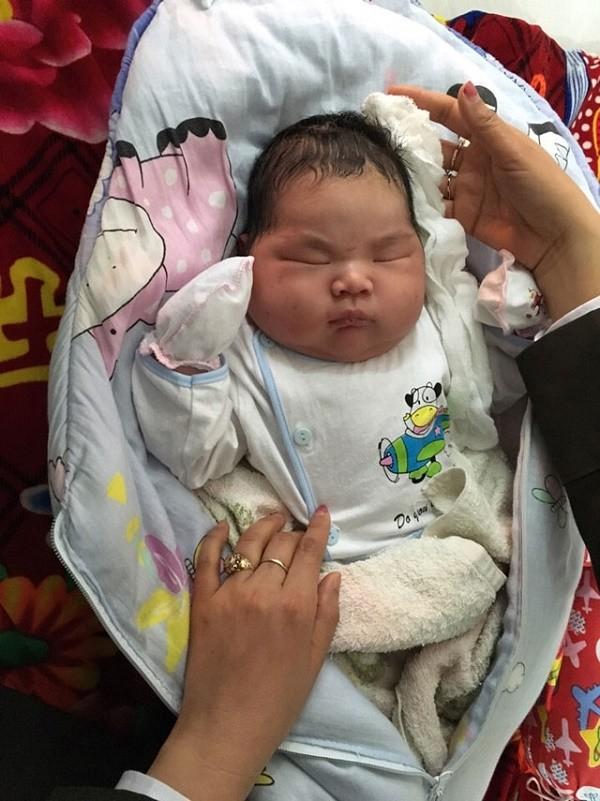 Bé trai sơ sinh nặng 6,1 kg chào đời ở Nam Định - ảnh 1