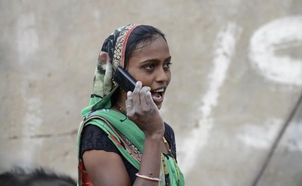 Kì quái phụ nữ chưa kết hôn bị cấm sử dụng điện thoại di động - ảnh 1
