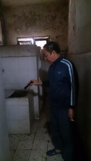 Hôi thối nước bể phốt bủa vây, người dân đi vệ sinh vào chậu rửa  - ảnh 4