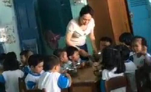 Giáo viên mầm non dùng tay, muỗng inox đánh trẻ trong giờ ăn - ảnh 1