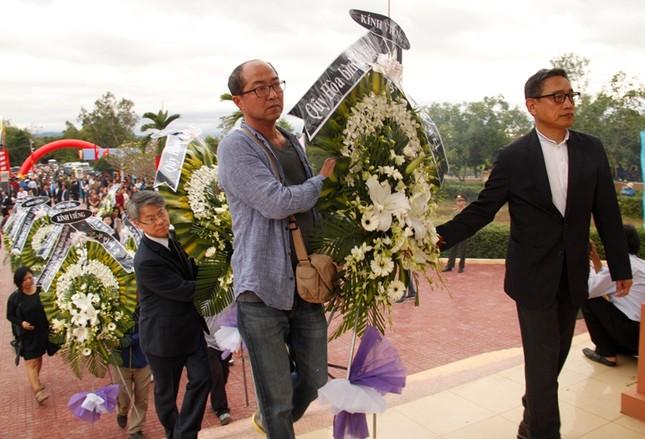 Giáo sư HQ quỳ gối xin lỗi hơn 1.000 người bị sát hại ở Bình Định - ảnh 2