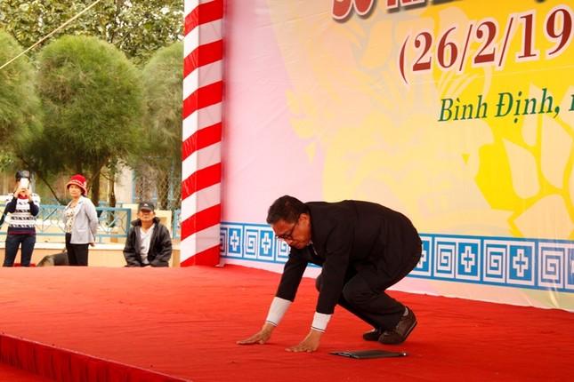Giáo sư HQ quỳ gối xin lỗi hơn 1.000 người bị sát hại ở Bình Định - ảnh 3