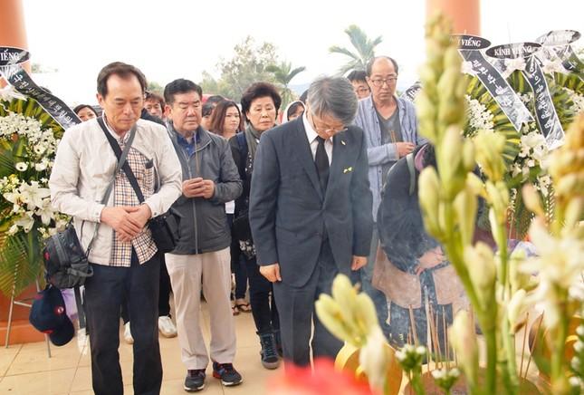 Giáo sư HQ quỳ gối xin lỗi hơn 1.000 người bị sát hại ở Bình Định - ảnh 6
