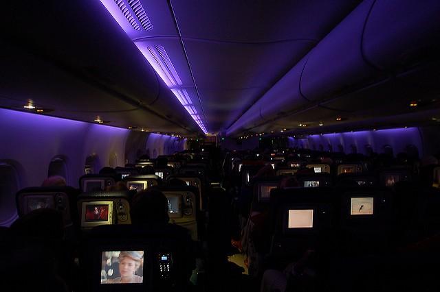 Vì sao máy bay cất cánh, hạ cánh luôn trong trạng thái 'đèn mờ'? - ảnh 1