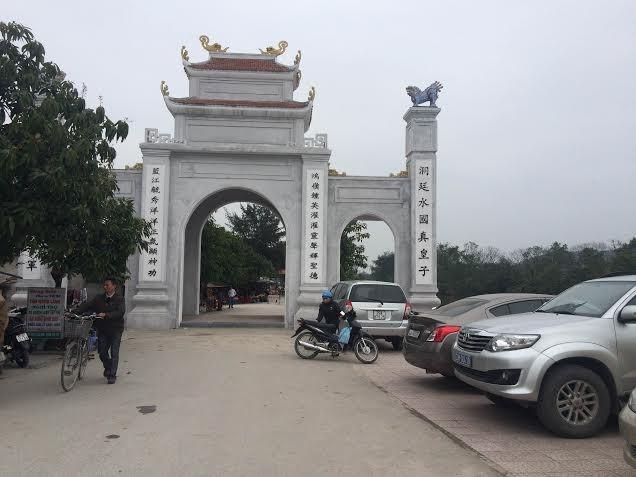 Trái lệnh Thủ tướng, nhiều xe công vẫn vãn cảnh, thăm đền  - ảnh 5