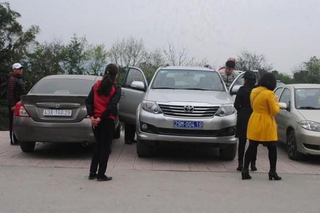 Trái lệnh Thủ tướng, nhiều xe công vẫn vãn cảnh, thăm đền  - ảnh 6