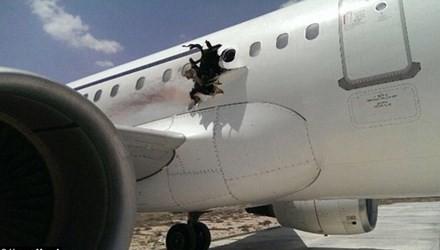 Máy bay chở khách bất ngờ nổ tung thân giữa trời - ảnh 2