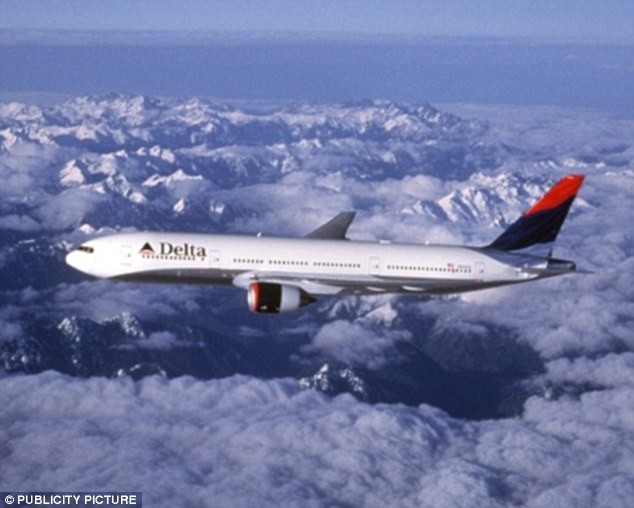 Máy bay hạ cánh khẩn cấp vì nữ tiếp viên đánh nhau - ảnh 1
