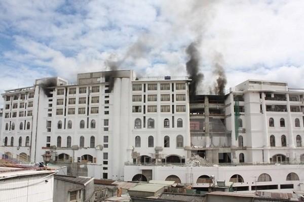 Cháy khách sạn lớn nhất Đà Lạt, hàng nghìn công nhân hoảng loạn - ảnh 2