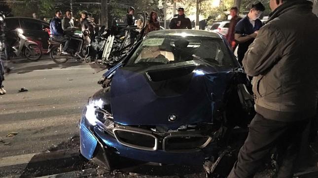 Siêu xe BMW i8 độc nhất Việt Nam vỡ nát 'khi đi xét biển' ở HN - ảnh 1