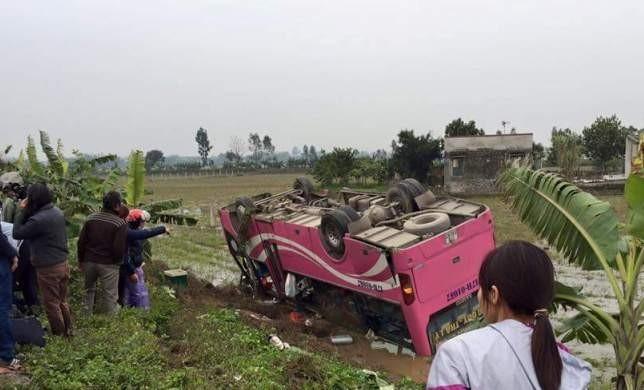 Xe chở khách về quê ăn Tết bị lật ngửa, hàng chục người la hét - ảnh 1