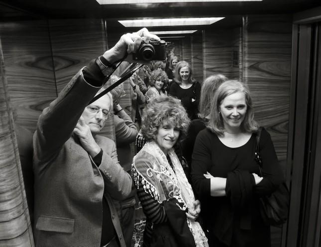 Ý nghĩa không ngờ tới của những chiếc gương trong thang máy - ảnh 1