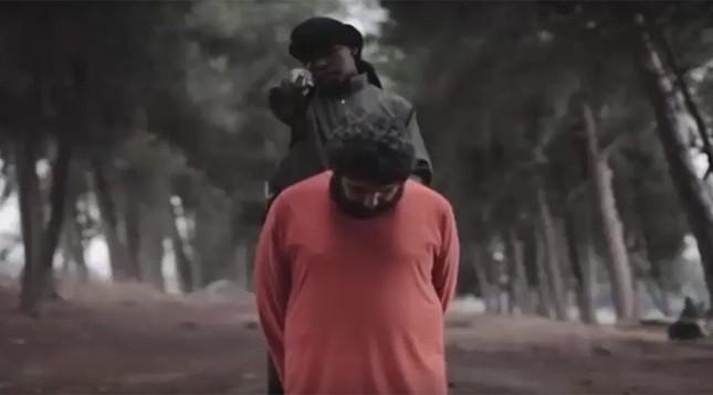 Rợn người 'đao phủ IS nhí' hành quyết con tin, đe dọa Mỹ - ảnh 1